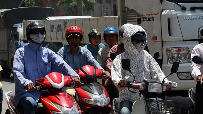 Những phụ kiện cần thiết khi đi xe máy mùa hè
